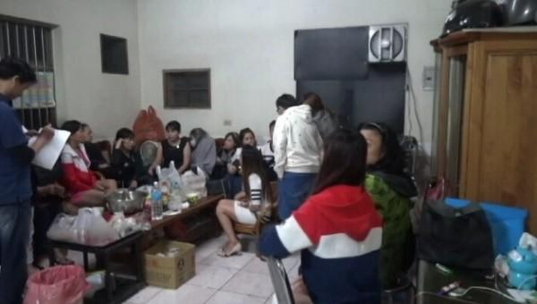 田中警方破獲職業賭場,赫見一屋子越南媽媽。(記者顏宏駿翻攝)