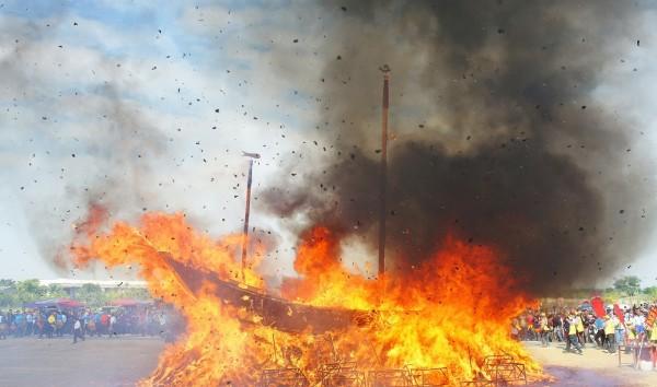 看到了沒?大人廟燒王船的照片中,右側濃煙出現類似神蹟的影像。(吳孟賢提供)