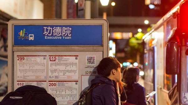 不少網友昨晚發現路邊站牌和路標上的「行政院」被改成「功德院」。(圖擷取自反教育商品化聯盟臉書)