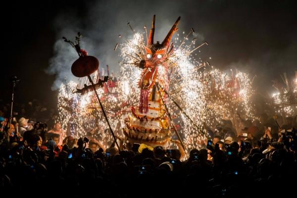 中國北京通過規定,在五環路以內的區域,都禁止燃放鞭炮煙火。圖為中國民眾歡慶元宵節。(路透)