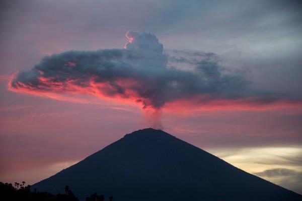受阿貢火山噴發影響,被困在峇里島的台灣遊客,終於搭機回到台灣。(法新社)