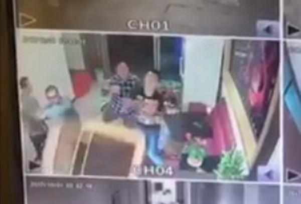 苗栗縣頭份市1家酒店,今天凌晨遭3名男子砸店。(記者彭健禮翻攝)