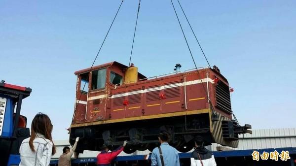 台糖柴油火車頭小火車的擁有人下午舉辦拍賣會,0元起標。(記者顏宏駿攝)