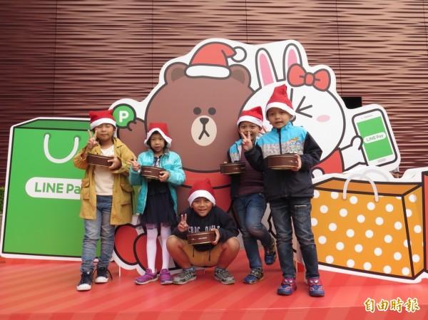 漢神百貨關懷弱勢孩童,推出「聖誕有愛 夢想飛揚」公益活動。(記者張忠義攝)