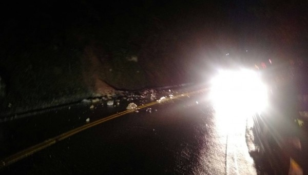 蘇花公路114.3公里處,今晚發生落石擊中休旅車,現場持續坍方,實施單線雙向通行。(記者江志雄翻攝)