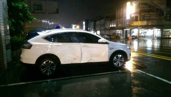 被落石擊中的休旅車,右車身凹陷。(記者江志雄翻攝)