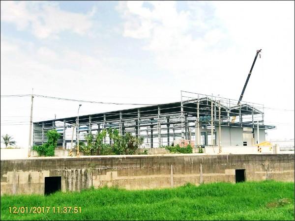 高雄拆除農地違規工廠,路竹區這處面積880坪的工廠,業者已自行拆除一半。(記者葛祐豪翻攝)