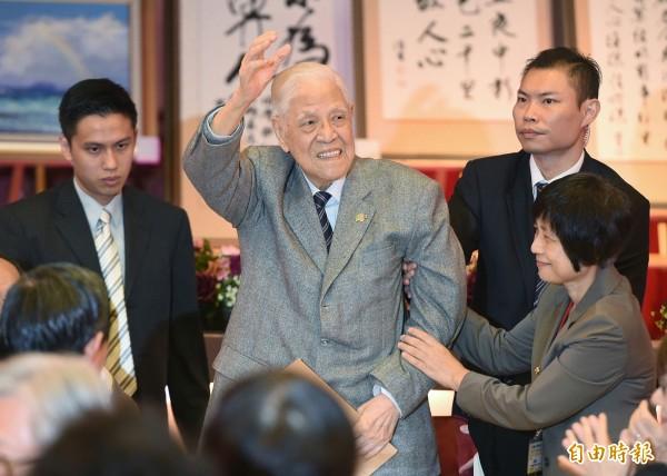 前總統李登輝出席台灣教授協會募款餐會,揮手向全場致意。(記者廖振揮攝)