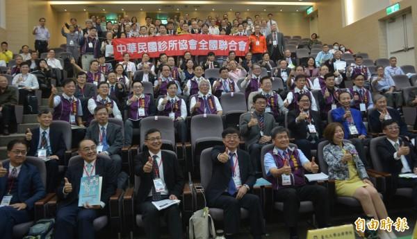 為解決分級醫療制度無法落實問題,中華民國診所協會全國聯合會今天召開「健保22年基層的困境與未來」研討會,健保署長李伯璋(前排左4)、立委林靜儀(前排右2)等人都出席。(記者陳建志攝)