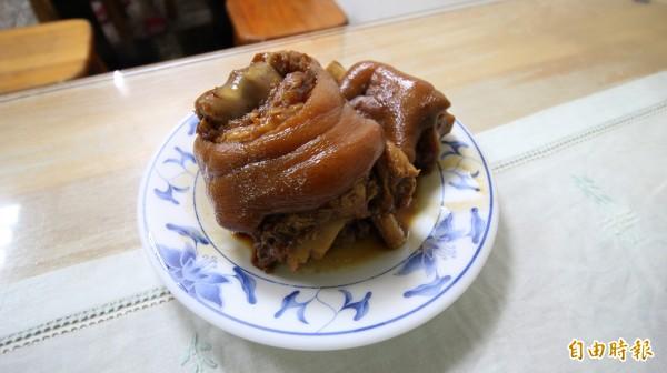 周奕君說,店內的招牌就是川味紅燒半筋半肉麵,另外便是用老滷汁去滷的滷豬腳,也推薦紅油炒手。(記者鍾泓良攝)