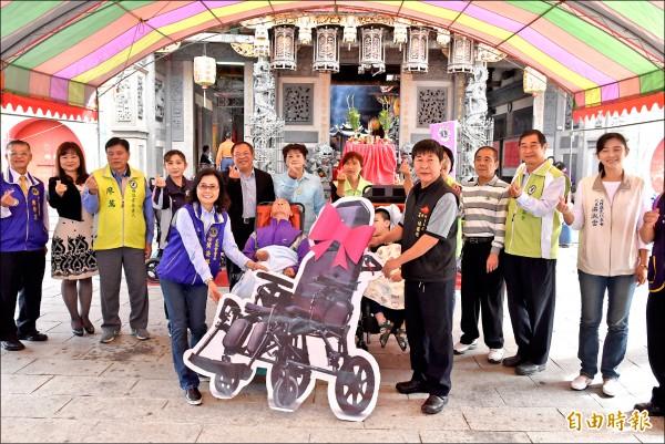 西螺廣福宮號召善心人士捐贈創世基金會植物人用的高背式輪椅。(記者黃淑莉攝)