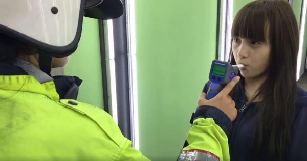 台中市一名年輕機車女騎士,昨(2)酒駕擦撞價值800萬元的賓士休旅車,該女酒測值0.54,被依公共危險罪移送法辦。(圖擷取自爆料公社)