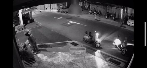 台南市一戶民宅外,今(3)日清晨5點38分許,遭路過的一群年輕機車騎士在屋外魚盆中嘔吐、便溺。(圖擷取自影片)