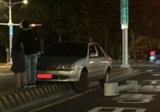 輛車到底怎麼開上分隔島,引起網友們熱烈討論。(圖擷自臉書「爆料公社」)