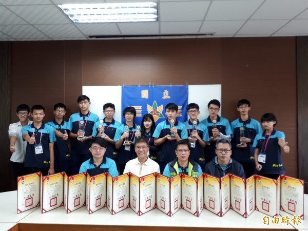 獎牌大爆發!新竹高工今年參加全國高中職工業類競賽,拿到8個金手獎和4個優勝,成績是10幾年來學校最好的一次。(記者洪美秀攝)