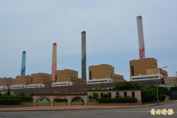 台電澄清,台中電廠煙囪有彩繪圖樣,該影片並非台中電廠。(記者陳建志攝)