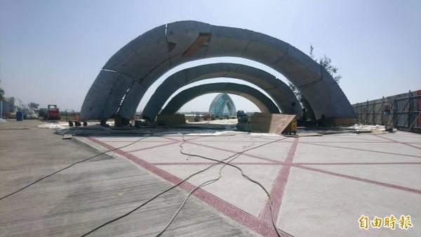 水晶教堂天幕廣場的入口海螺造型地標。(記者楊金城攝)