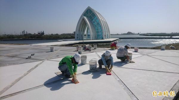 水晶教堂今年大變身,施工改善景觀中,期待擦亮觀光新招牌。(記者楊金城攝)