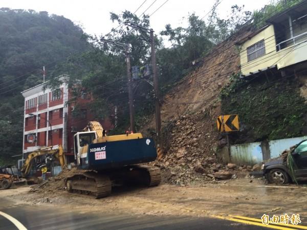 基隆安定派出所巨石滑落砸中警車,圖為一年前當地也發生山坡坍方。(資料照,記者盧賢秀攝)