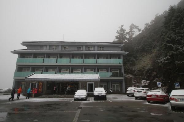 合歡山在今天凌晨降下入冬後首波小雪,松雪樓前的車輛皆被蓋上一層白雪。(東勢林管處提供)