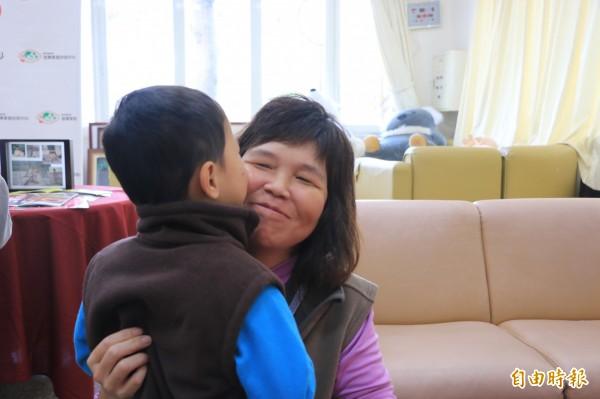 浩浩與寄養媽媽生活近五年,雙方也培養深厚感情。(記者鄭名翔攝)
