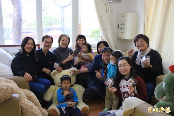 五歲男童浩浩(前1)明天即將與澳洲新爸媽見面,展開新生活,苗栗家扶中心特地幫他辦一個歡送會。(記者鄭名翔攝)