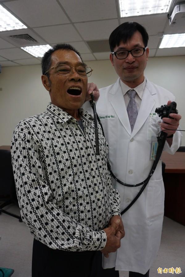 醫師張明輝以內視鏡由口進入到食道中段為黃阿伯以電刀切除腫瘤。(記者蔡淑媛攝)