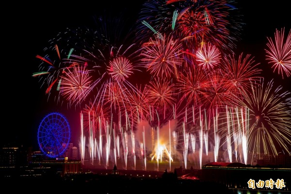 義大世界今年首創「雙煙火秀」,圖樣前所未見。(圖:義大世界提供)
