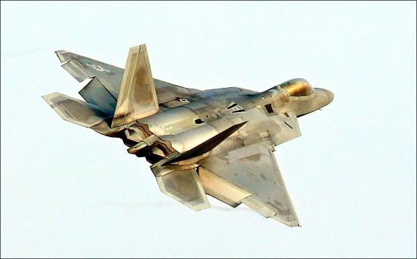 美國與南韓四至八日一連五天舉行代號「警戒王牌」的年度聯合空中演習,規模為歷年來之最,雙方共出動逾二三○架各型軍機,包括美軍F-22、F-35系列兩大匿蹤戰機王牌首度齊聚朝鮮半島。圖為美軍F-22戰機。(法新社)