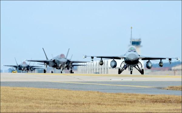 美國與南韓四至八日一連五天舉行代號「警戒王牌」的年度聯合空中演習,規模為歷年來之最,雙方共出動逾二三○架軍機,包括美軍F-22、F-35系列兩大匿蹤戰機王牌,首度齊聚朝鮮半島。(美聯社)