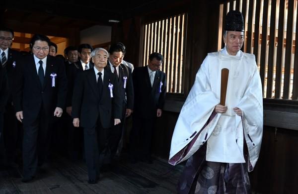 日本跨黨派60名國會議員,今日前往靖國神社參拜。(法新社)