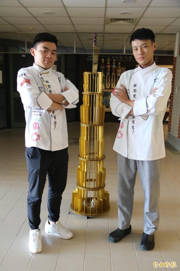 弘光科大餐旅系林承孝(右)、王建智(左)參加六協盃比賽,獲刀王之王殊榮。(記者張軒哲攝)