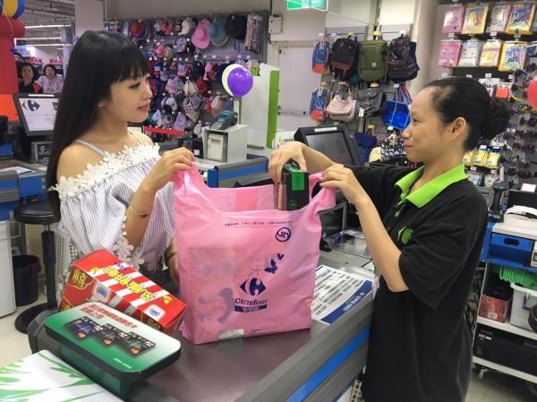 新北市環保局提倡減少民眾使用購物袋,因此自明年元月起,超商業者僅能提供環保兩用塑膠袋。(新北市環保局提供)