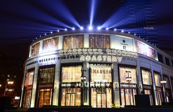 星巴克(Starbucks )全球最大咖啡體驗店-「咖啡夢工廠」(Starbucks Reserve Roastery & Tasting Room)今天在中國上海開幕,面積是西雅圖「咖啡夢工廠」的兩倍大(圖由星巴克提供)