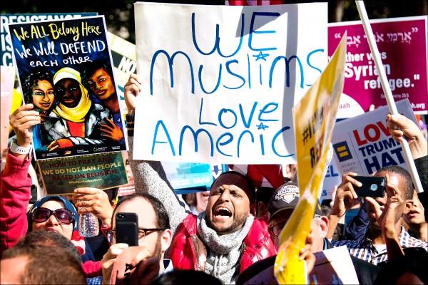 美國總統川普今年一月上任後,三度更新外國人士入境禁令,四日在聯邦最高法院背書下,限制查德、伊朗、利比亞、索馬利亞、敘利亞、葉門等八國公民入境。圖為上月十八日華府舉行的「#別再有穆斯林禁令」集會,抗議人士舉牌高呼「我們穆斯林愛美國」。(法新社檔案照)