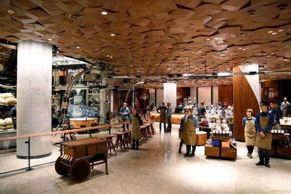 星巴克上海店內提供3個木質吧台,將成為數百名咖啡大師表演的舞台。(路透)