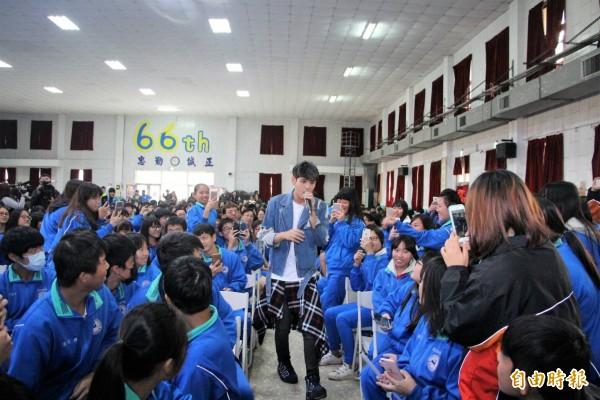 偶像歌手陳零九,是今年鹿港冬遊季的邀請歌手。(記者劉曉欣攝)