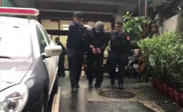 劉員遭警方依竊盜罪嫌移送法辦。(記者陳薏云翻攝)