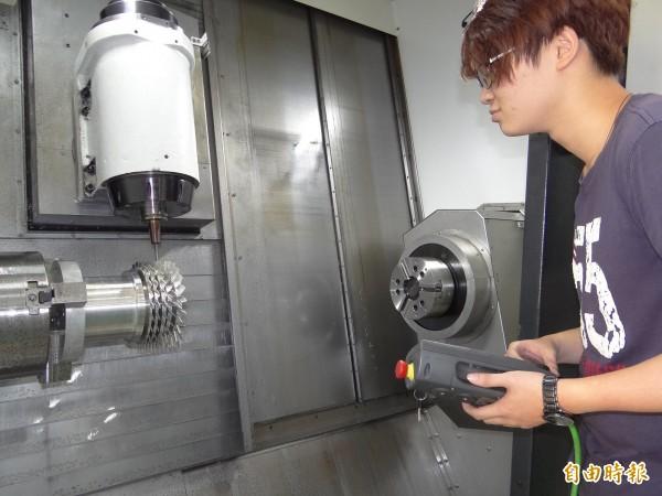正修機械系研究生體驗CNC操作。(記者洪臣宏攝)