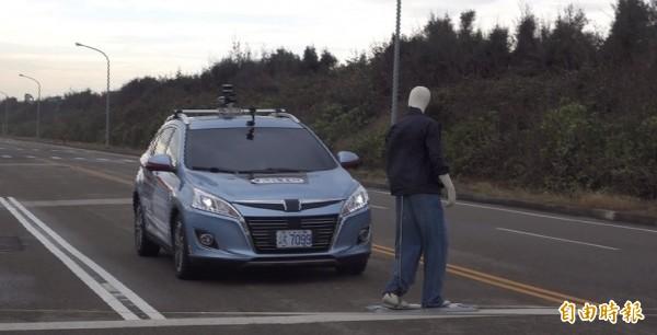 車輛中心展示一般道路自駕車模擬行人穿越馬路的緊急煞車功能。(記者劉曉欣攝)
