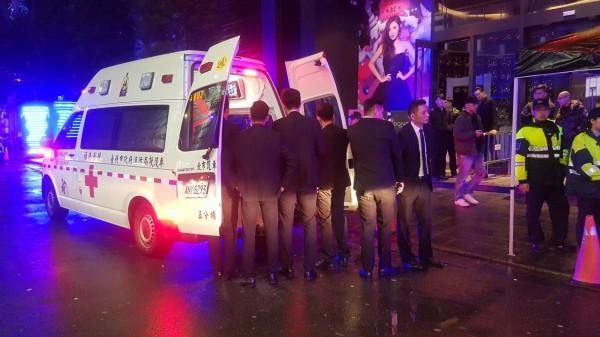 信義夜店舞池推擠衝突,3男女受刀傷送醫(記者邱俊福翻攝)