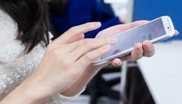 據調查,台灣人旅途期間平均會花3.6小時使用手機。(資料照,記者楊政郡翻攝)