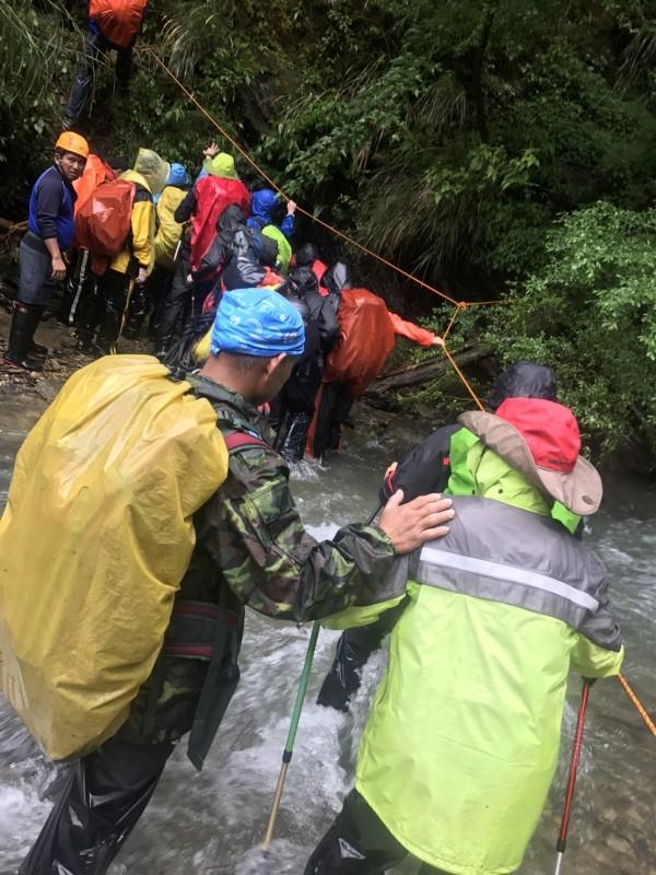 苗栗縣境多山,且有雪霸國家公園,是登山熱門地區,山難救援行動屢見不鮮,苗栗縣通過登山活動管理自治條例,違者最高罰5萬。(警方提供)