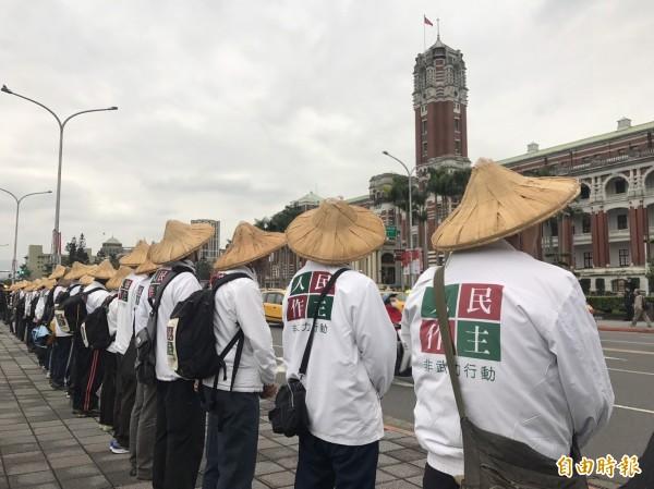 行踏民眾走到總統府前「靜站」。(記者蘇芳禾攝)