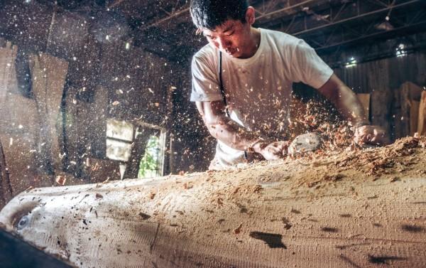 嘉義縣番茄農黃名毅拍攝師傅製作棺木的過程,有如銀河般耀眼,入選美國紐約國際攝影藝術展。(黃名毅提供)