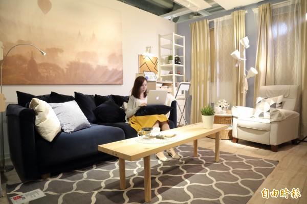 要打造簡單不失現代感的客廳,可選用深藍與灰色做主色調,再搭配簡約風格的擺設,即可呈現沉穩又大器的起居空間。(記者陳宇睿攝)