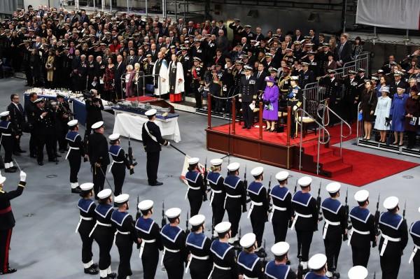 英國皇家海軍新航母伊莉莎白女王號昨日正式服役,伊莉莎白二世出席校閱並發表演說。(歐新社)