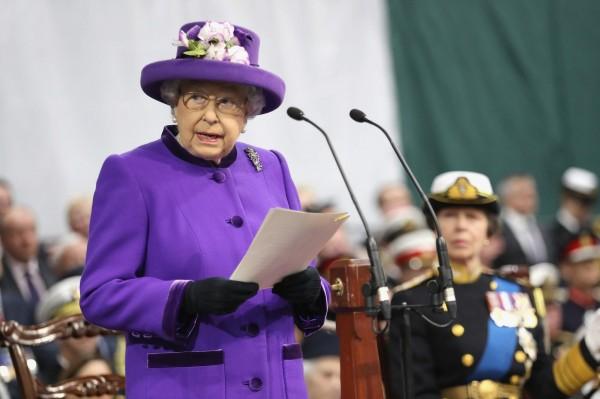 英國女王伊莉莎白二世於伊莉莎白女王號服役典禮上發表演說。(法新社)