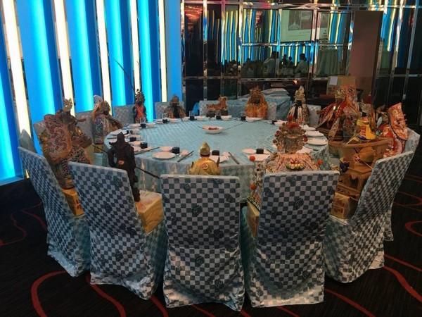 一位民眾辦喜宴亦結合台灣在地風俗信仰,為諸位神祇擺下一桌「神桌」。(圖擷取自爆料公社)