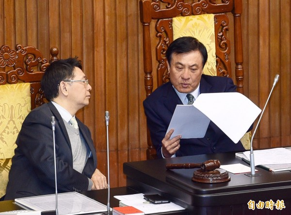 立法院院會8日處理《公民投票法》修正草案,主持會議的立法院長蘇嘉全(右)與秘書長林志嘉(左)討論議事內容。(記者羅沛德攝)